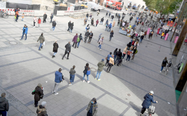 制限緩和で店舗前には行列も(12日、独南部のミュンヘン)=ロイター