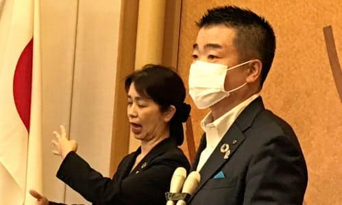 記者団の質問に答える三日月大造知事(25日、滋賀県知事公館)