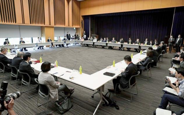 新型コロナウイルスに関する諮問委員会は緊急事態宣言の全面解除を了承した=25日午前、東京都千代田区(共同)