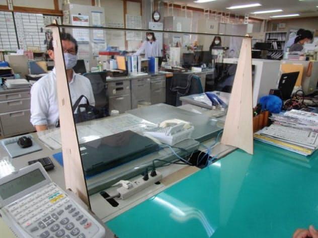 透明の間仕切りは重さ600グラムと軽い