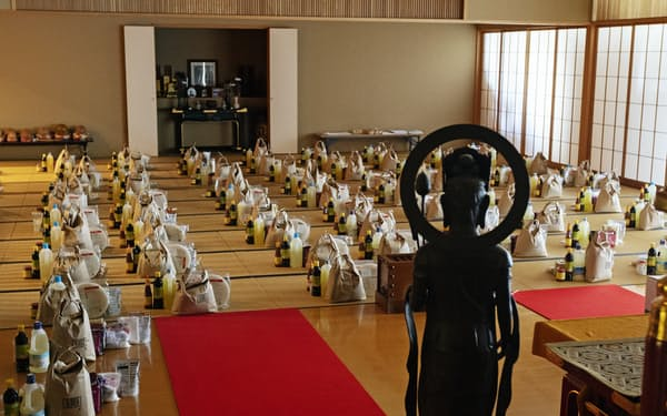 日越ともいき支援会が拠点とする浄土宗の寺院には、在日ベトナム人に送る支援物資の食料が並べられていた(4月、東京都港区)