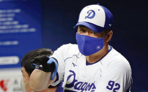 練習を見守る中日・与田監督(25日、ナゴヤドーム)=共同