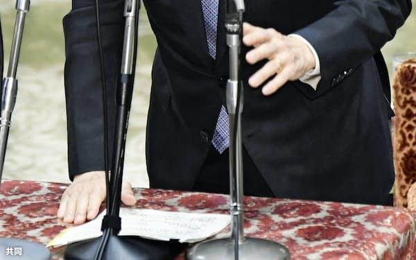 衆院議運委で答弁する西村経済再生相(25日午後)=共同