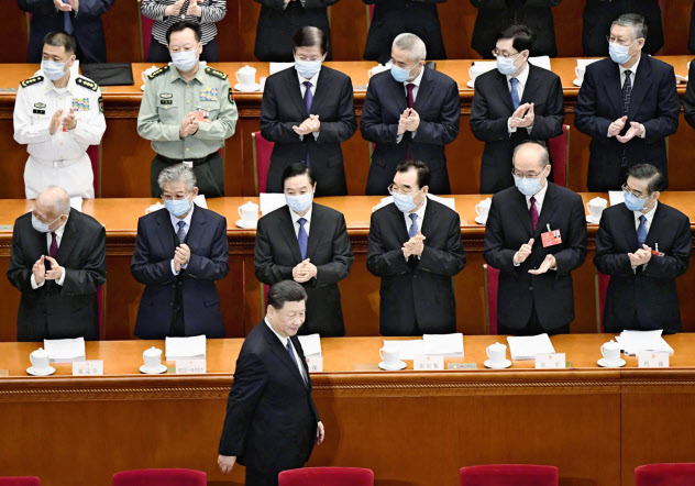 中国全人代に出席した地方代表らはマスク姿だ(2020年5月22日、人民大会堂)=共同