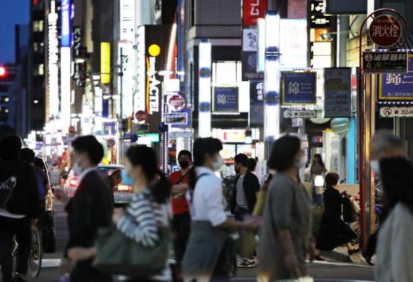 人通りが増えた錦の繁華街(25日、名古屋市中区)