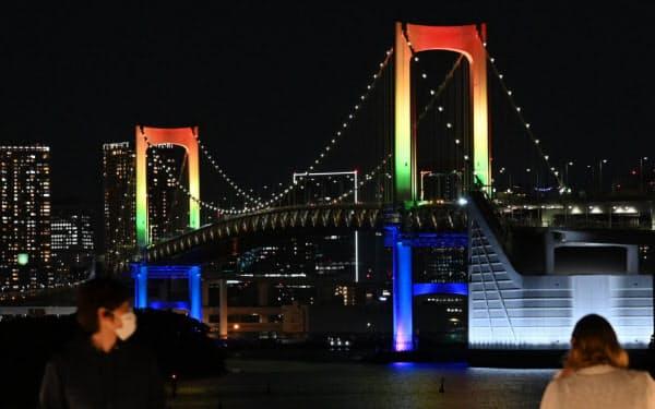 7色にライトアップされたレインボーブリッジ(東京都港区)=柏原敬樹撮影