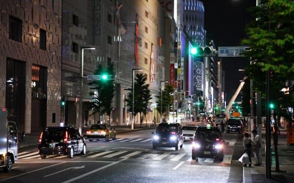 空車のタクシーが目立つ銀座・中央通り(東京都中央区)=野岡香里那撮影