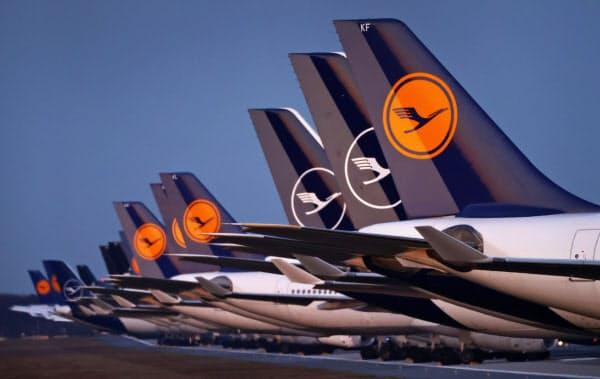 フランクフルト国際空港に駐機中のルフトハンザの航空機(3月)=ロイター