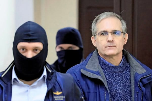 ロシアの検察は25日、スパイ罪に問われた元米海兵隊員(右)に禁錮18年を求刑した(2019年10月、モスクワ)=ロイター