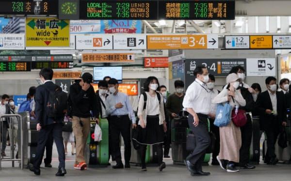 マスク姿で通勤する人たち(JRさいたま新都心駅)=淡嶋健人撮影