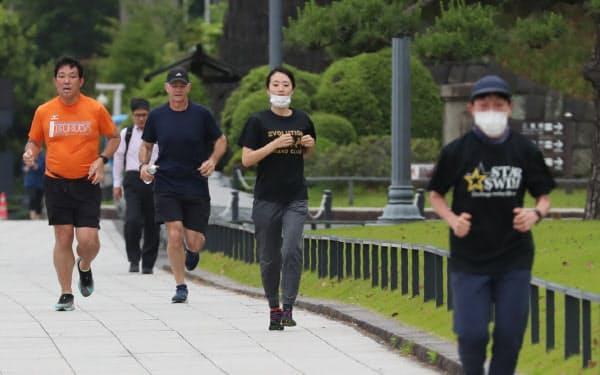 皇居周辺でランニングする人たち(東京千代田区)=石井理恵撮影