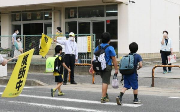 分散登校が始まり、登校する児童(千葉市美浜区の市立磯辺第三小学校)=今村幸祐撮影