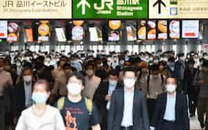 マスク姿で通勤する人たち(26日午前、JR品川駅)=藤井凱撮影