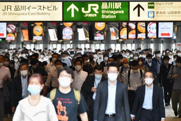 マスク姿で通勤する人たち(JR品川駅)=藤井凱撮影