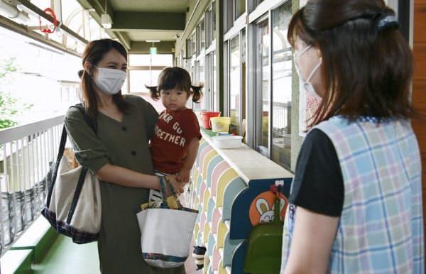 保育園に子どもを預けに来た母親(東京都板橋区の舟渡保育園)=中岡詩保子撮影