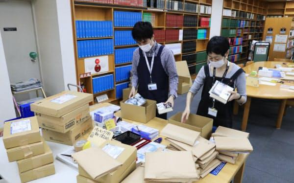 休館していた世田谷区立中央図書館では22日から予約済みの本を無料で郵送するサービスを始めている(東京都世田谷区)=小園雅之撮影