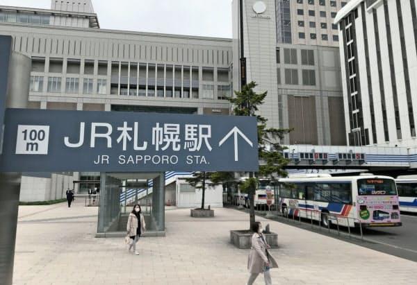 駅前を行き交う人はまばら(札幌駅前)
