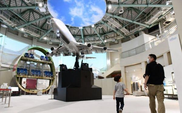 再開した航空科学博物館を訪れた親子連れ(千葉県芝山町)=柏原敬樹撮影