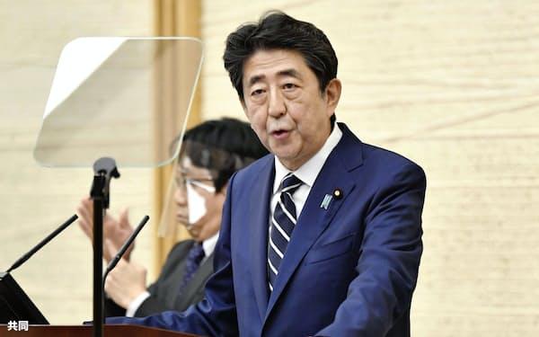 緊急事態宣言の全面解除を表明する安倍首相(25日午後、首相官邸)=共同