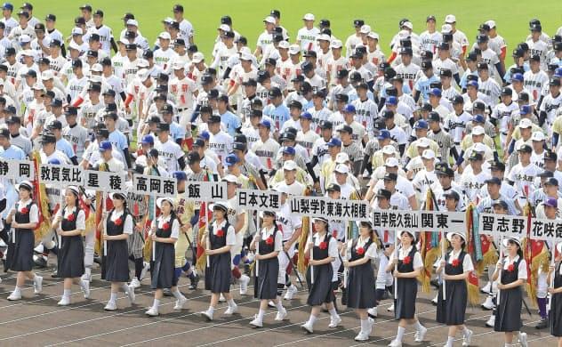 「夏の甲子園」が中止になったのは戦後初めて(2019年8月、第101回大会の開会式)=共同