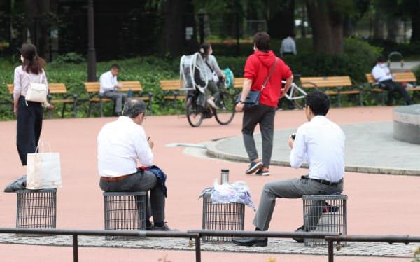 日比谷公園で昼食をとる人たち(東京都千代田区)=石井理恵撮影