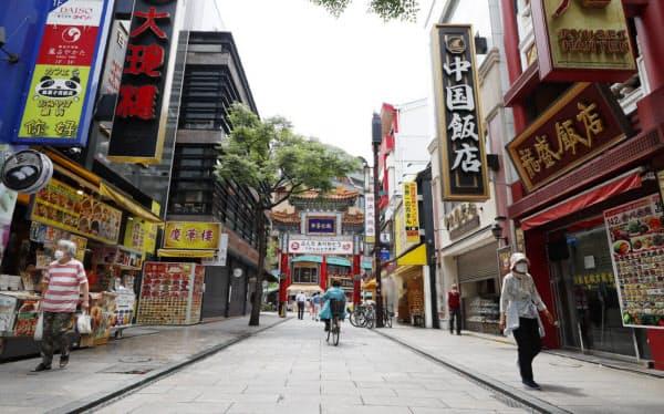 臨時休業中の店も多く、人通りが少ない横浜中華街(横浜市中区)=横沢太郎撮影