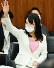 参院決算委で答弁に立つ森法相(25日)