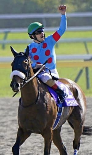 ヴィクトリアマイルで優勝し、ガッツポーズするアーモンドアイ騎乗のクリストフ・ルメール=共同