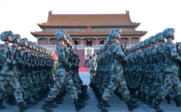 軍事パレードを前に天安門前で行進する人民解放軍の兵士(2015年9月、北京)=写真 柏原敬樹