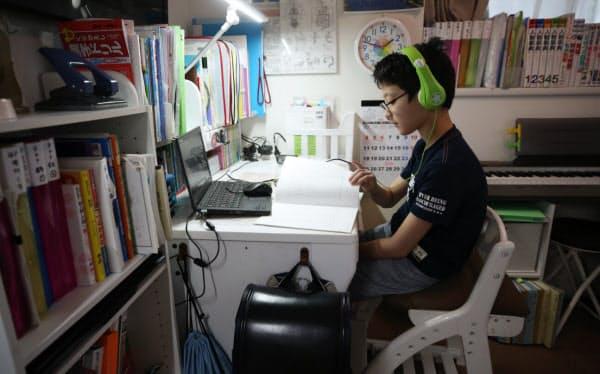 ビデオ会議システム「Zoom(ズーム)」を通じて、塾の授業を受ける小学6年の児童(東京都文京区)=三村幸作撮影