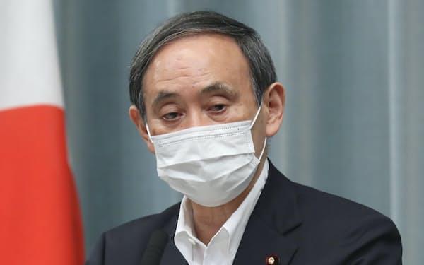 記者会見する菅官房長官(26日、首相官邸)