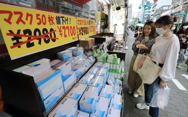 大久保通りのスーパーで値下げ販売されるマスク(東京都新宿区)=小園雅之撮影