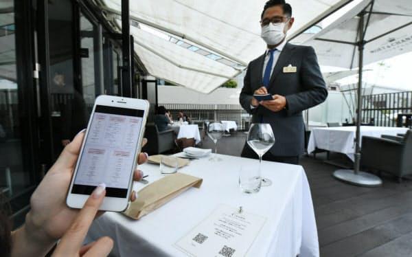 テーブルに設置されたQRコードを読み取り、客が自分のスマホでメニューを見られるレストラン「Casita」(東京都渋谷区)=中岡詩保子撮影