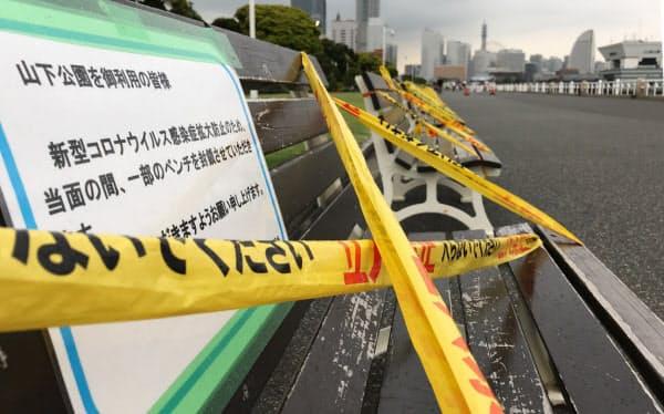 テープが巻かれ使用禁止となったベンチ(横浜市の山下公園)