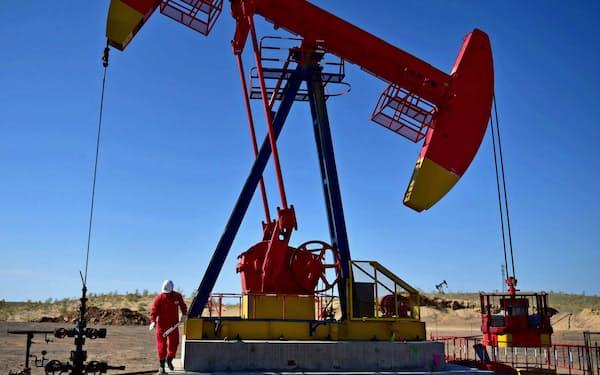 中国国有石油会社は収益が悪化している(中国・新疆ウイグル自治区)=ロイター