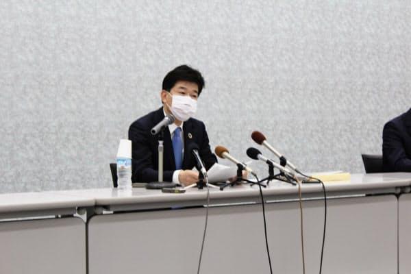 2020年3月期の決算を発表する静岡銀の柴田頭取(11日、静岡市)