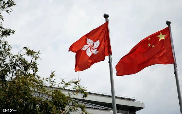 香港の「一国二制度」が揺れている(北京ではためく香港と中国の旗)=ロイター