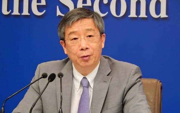 人民銀行の易綱総裁は冬季五輪会場でデジタル人民元を実験していると明かした(19年3月、北京市)