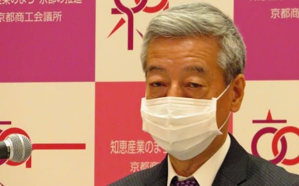 就任後初めての記者会見を開いた京都商工会議所の塚本能交会頭(26日)