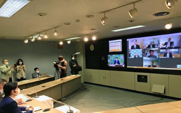 ウェブ会議で経済団体のトップらと会談した鈴木知事(左)(26日、札幌市)
