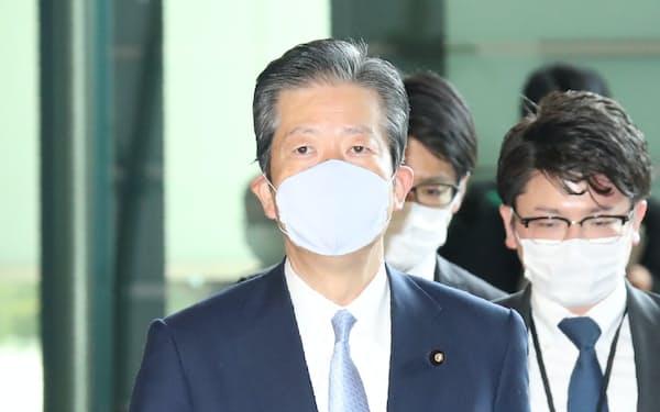 安倍首相との会談のため首相官邸に入る公明党の山口代表(4月15日)