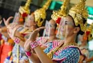 フェースシールドをして踊るタイのダンサー(11日、バンコク)=小高顕撮影