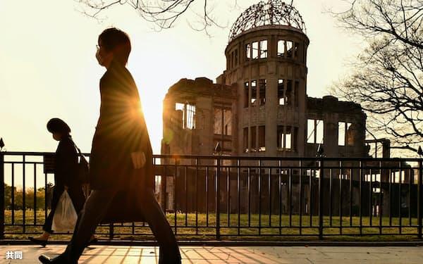 人通りが少ない広島市の平和記念公園。奥は原爆ドーム(4月)=共同