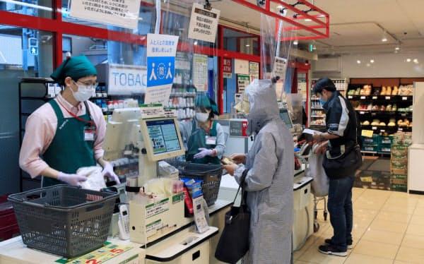 夕方のスーパーで買い物する人たち。激しく混み合うこともなく「日常」が戻ってきた(東京都大田区のまいばすけっと池上6丁目店)=岡田真撮影