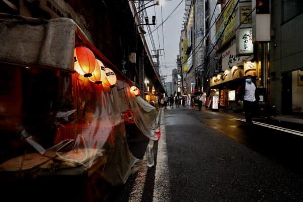 客足がまばらな新橋の繁華街(東京都港区)=横沢太郎撮影