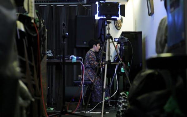 無観客ライブで演奏する太田ひなさん(東京都杉並区)=小林健撮影