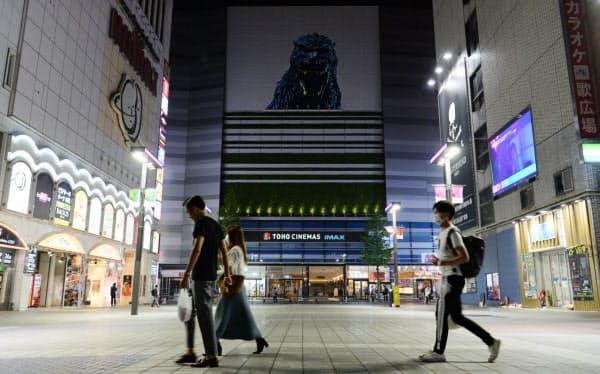 休業中の映画館の前を行き交う人たち(東京都新宿区)=野岡香里那撮影