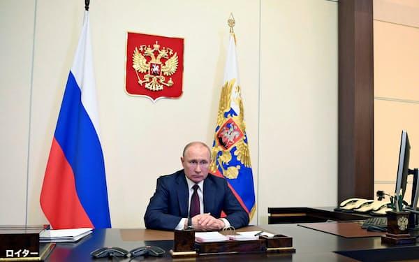 プーチン氏は延期となっていた対独戦勝パレードを6月24日に開くと表明した(26日、モスクワ郊外)=ロイター