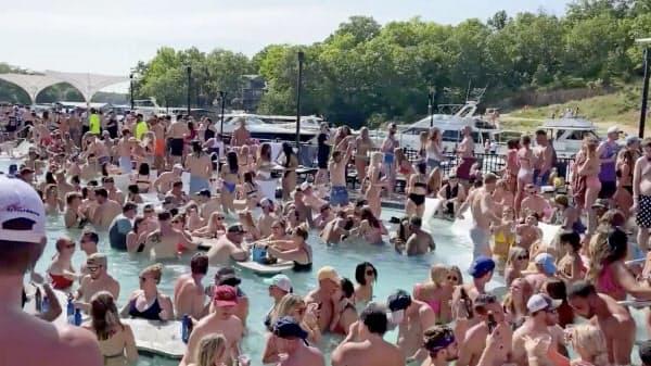 米ミズーリ州のオザークス湖には観光客が殺到した(23日、SNS上の映像から)=ロイター