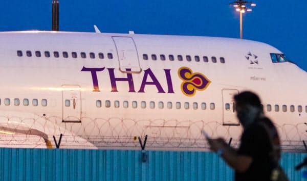 スワンナプーム空港に駐機するタイ国際航空機(21日、バンコク)=小高顕撮影